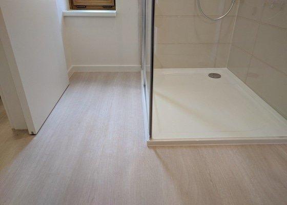 Vyrovnání podlahy, lepení pvc, montáž soklu