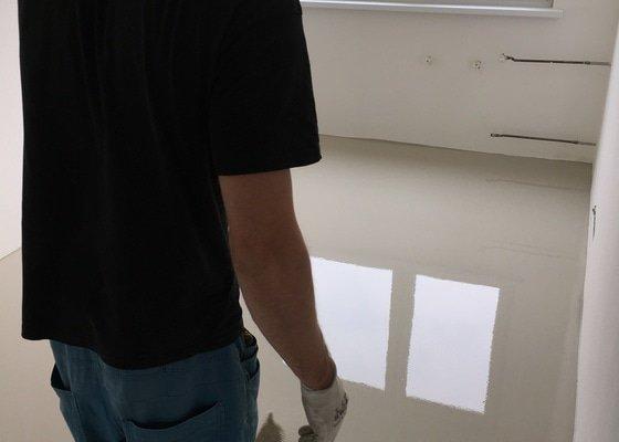 Vyrovnání podlahy stěrkou, pokládka vinylové podlahy Hydrokork