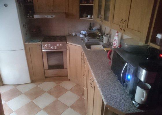 Výměna kuchyňské pracovní desky a výroba poliček