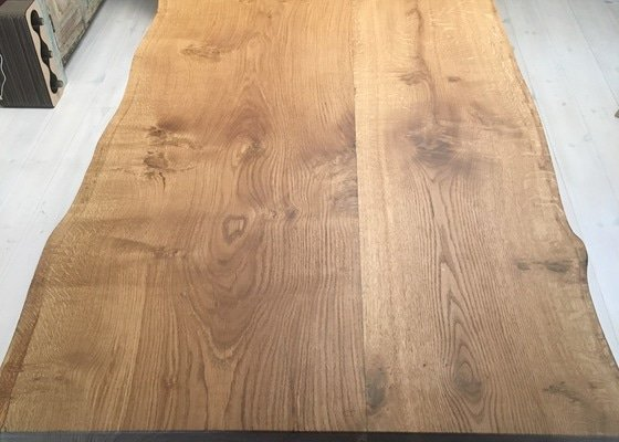 Jídelní stůl z jediného kusu dřeva