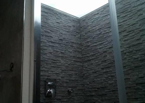 Napínaný strop ve sprchovém koutu