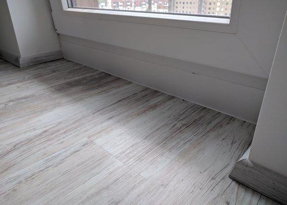 Stěrkování podlahy, lepení pvc, sokl MDF