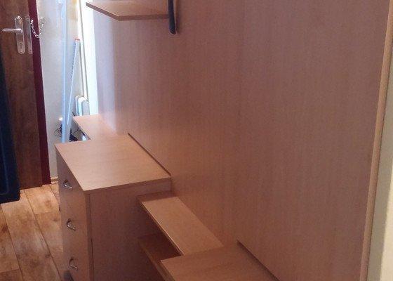 Vestavěná skříň na míru v ložnici + úložný šuplík pod postele, koupelnový nábytek, předsíňová stěna.