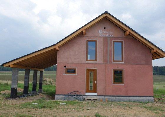 Posekání pozemku (vysoká tráva) u rozestavěného domu (Nová Ves pod Pleší)