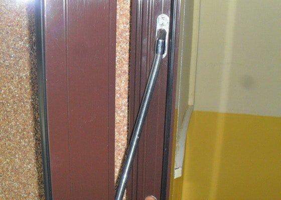Otvírání vchodových dveří čipem.