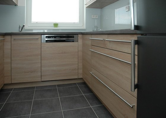 Kuchyňská linka (místnost 5m2) + 2x dvoudveřová vestavěná skříň + botník