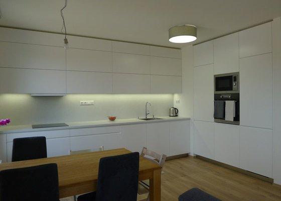 Kuchyňská linka, předsíň, koupelna