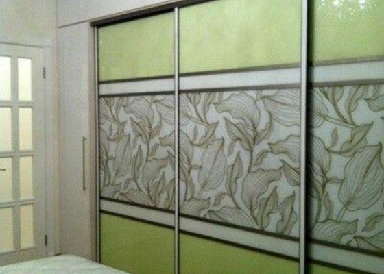 Výroba vestavné skříně s postelí skrytou za posuvnými panely