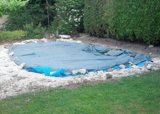 Vybetonování pásů na zastřešení u bazénu a položení zámkové dlažby