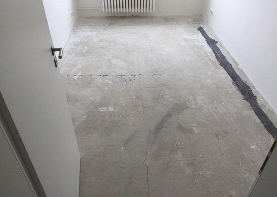 Podlaha v panelovém bytě 27m2.
