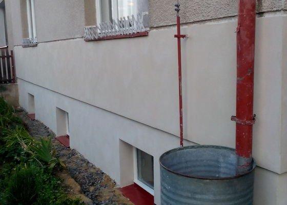 Otlučení 20 m2 zdi a nahození 50 m2 venkovní zdi, osazení parapetů a krycího plechu nad nop. fólii.