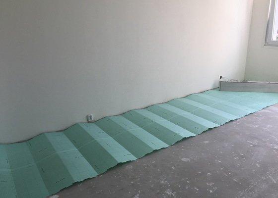 Potřebuji položit plovoucí podlahu a usadit obložkové zárubně s dveřmi