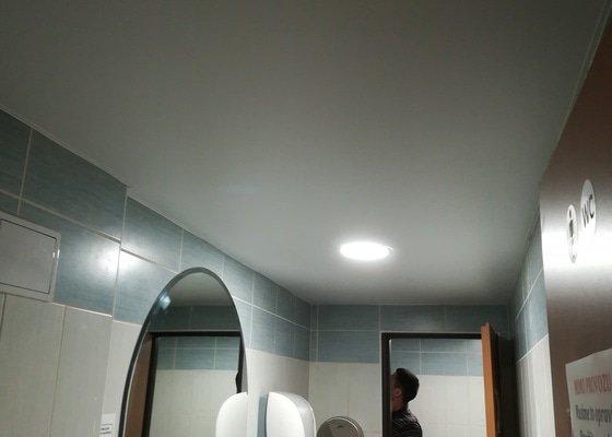 Ošetření zdí a zpětná montáž nových sádrokartonových podhledů po protečení vodou a jejich spadnutí