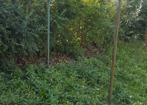 Odstranění socialistických železných věcí - sušák, tyč u hřiště, lampa, krabice TV antény