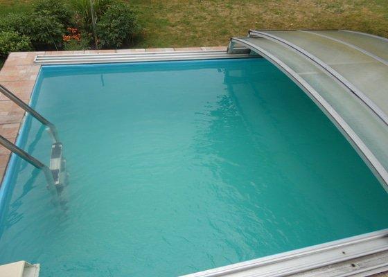 Krytý bazén, zapuštěný v terase