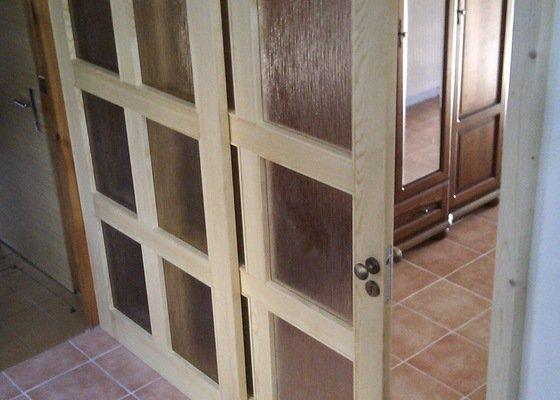 Dřevěná prosklená stěna s posuvnými dveřmi