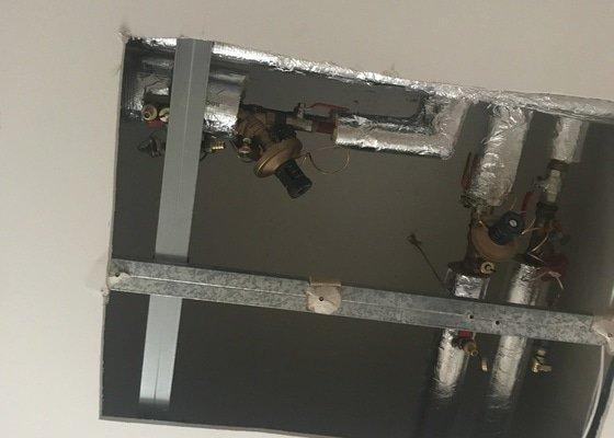 Dvířka na magnet místo díry ve stropě po topenářích