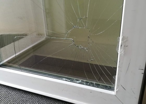 Výměna rozbité skleněné výplně dveří Vekra