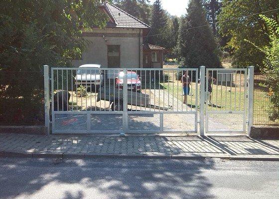 Dvoukřídlá brána a branka.