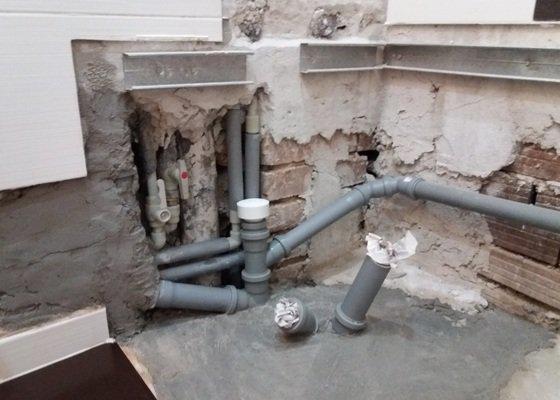 Výměna odpadů a přeinstalování vodoměrů v koupelně