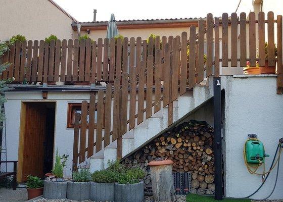Dřevěné zábradlí venkovní terasy a zahradního schodiště