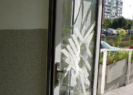 Výměna skleněných výplní vchodových dveří