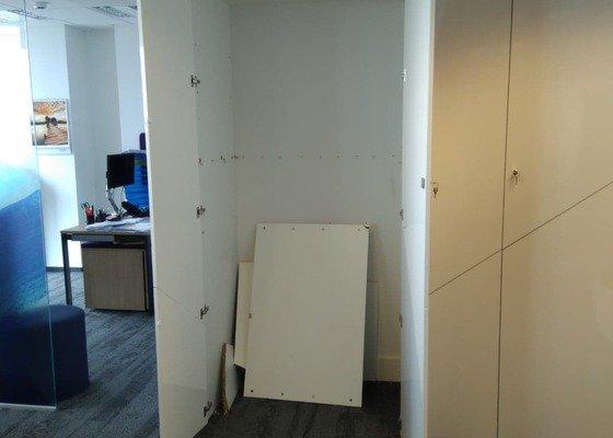 Spravit skříň ve firmě s výrobou poličky