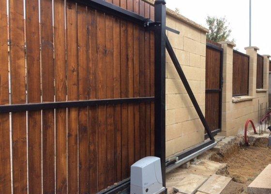 Stavba zdeneho plotu z betonovych tvarovek