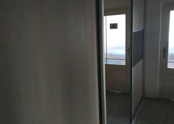 Posuvné dveře do vestavené skříně panelového domu