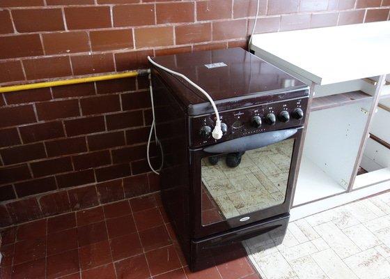Demontáž digestoře a lustru, odpojení plynového sporáku a odpadu