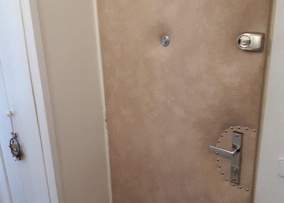 Odhlucneni vchodovych dveri do bytu.