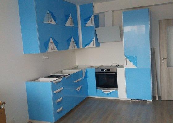 """Usazení kuchyňské pracovní desky IKEA ve tvaru """"L"""" 2330 x1000 mm (1 neviditelný spoj)"""