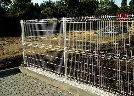 Stavba 130m plotu - pozinkované plotové panely