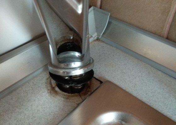 Oprava vodovodní baterie u kuchyňského dřezu