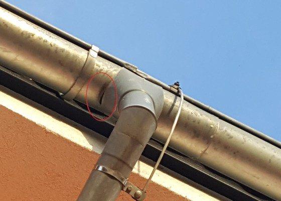 Klempíř - oprava okapového svodu (kotlík), otvor a fixace uchycení