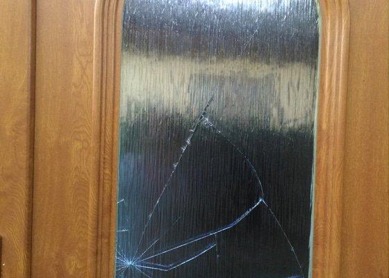 Oprava výplně skla plastových vchodových dveří