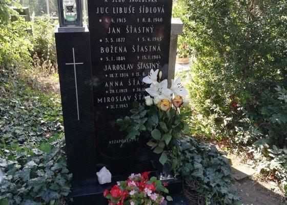 Vysekání jména na náhrobek