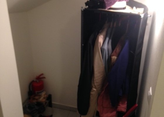 Atypická vestavěná skříň s botníkem pod schody