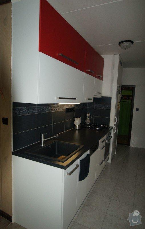 Kuchyňská linka, jídelní stůl, dveře na spížku, spotřebiče: HUDCOVI_1