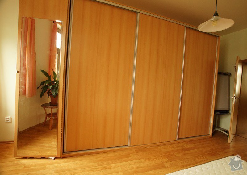 Šatní skříně,psací stoly a věšáky.: SKLENAROVA_1