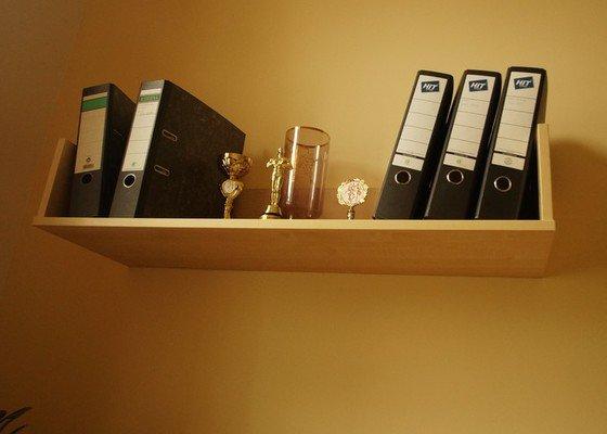 Nábytek do dvou studentských pokojů - vestavěné skříně, psací stoly, police