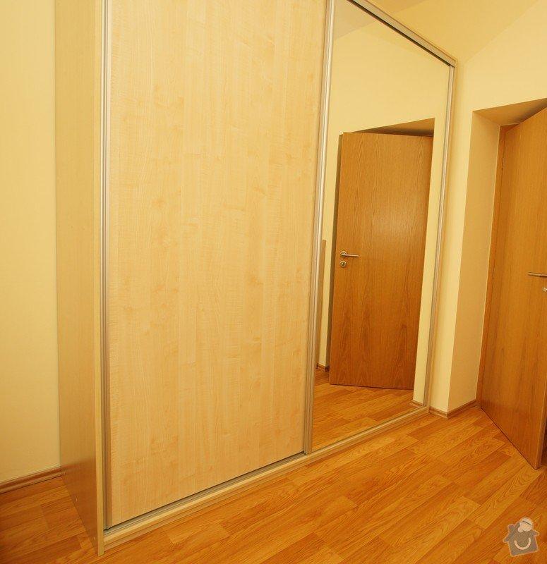 Nábytek do dvou studentských pokojů - vestavěné skříně, psací stoly, police: SKLENAROVA_7