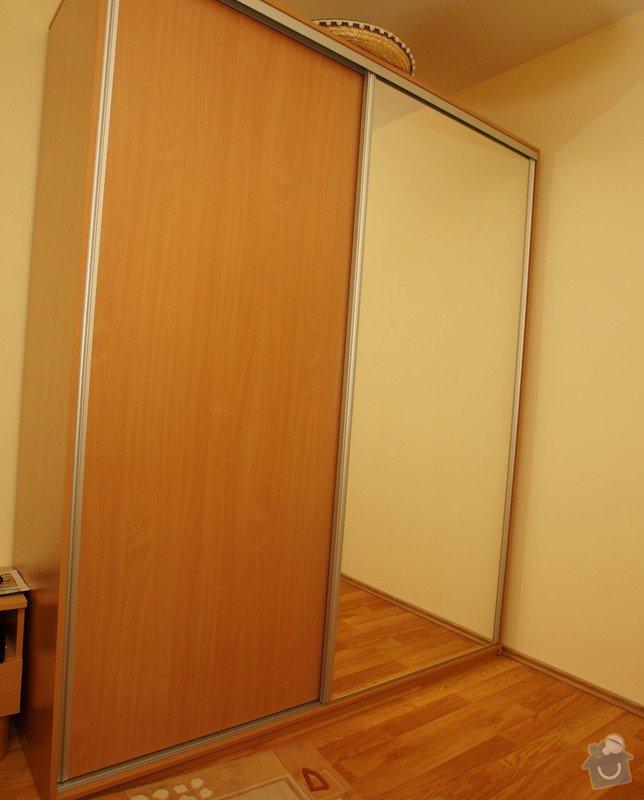 Nábytek do dvou studentských pokojů - vestavěné skříně, psací stoly, police: SKLENAROVA_9