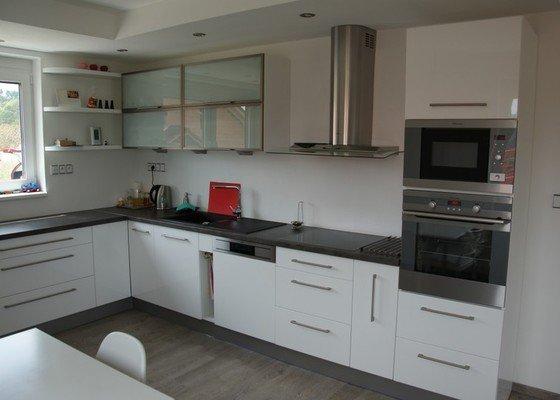Kuchyňská linka, pracovní místnost, psací stůl, šatna