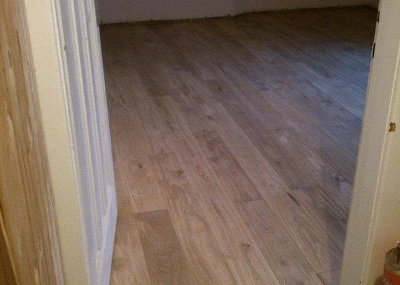 Masivní dřevěná podlaha z prken cca 25 m2