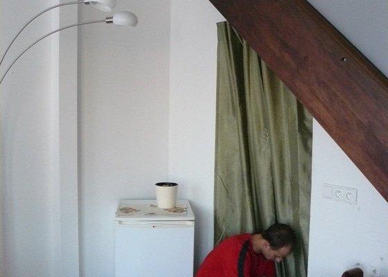 Na míru dělanou malou kuchyňskou linku, skříň a zásuvné dvěře