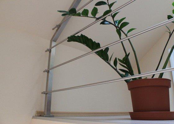 Balkónové zábradlí z nerezi a interiérové zábradlí