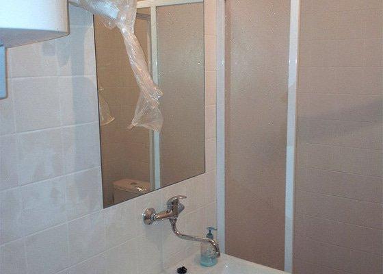 Zaměřit a osadit zrcadlo v koupelně