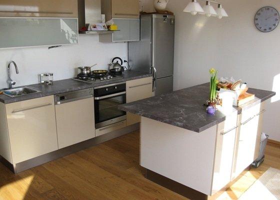 Kuchyňská linka a obývací stěna