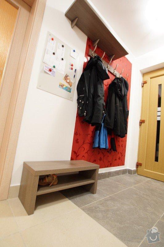 Šatní stěna v předsíni, zásuvkový box, věšáková stěna: vesaky_a_police